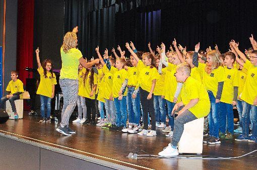 Auch ein Chor trug zu den Feierlichkeiten für die neuen Fünfer bei.  Foto: CHR Foto: Schwarzwälder-Bote