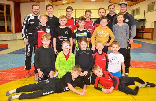Die Jungringer des KSV Hofstetten und ihre Trainer und Betreuer sind gerüstet für die Südbadischen.   Foto: Bauer Foto: Schwarzwälder Bote