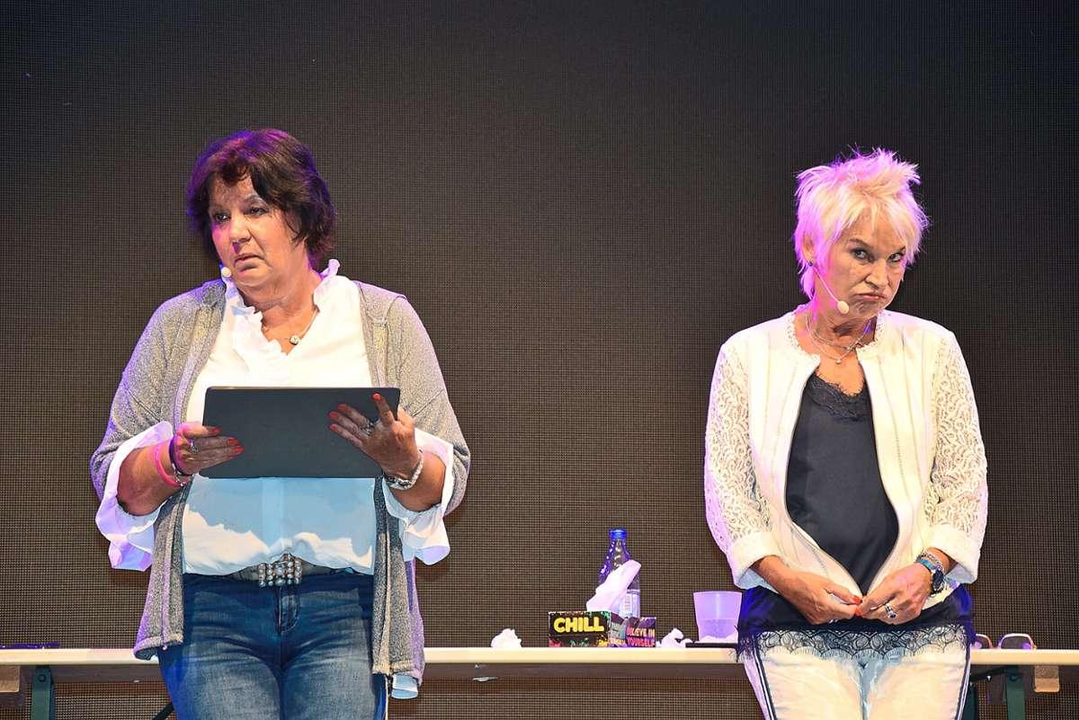 Machen ihre ersten Schritte im Online-Dating: Petra Binder (links) und Doris Reichenauer als Dui do on de Sell. Foto: Rousek