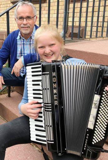 Mia Schmid  mit Lehrer Uwe Rapp    Fotos: Musikschule Foto: Schwarzwälder Bote