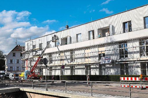 Am Alfred-Behr-Haus wird seit geraumer Zeit gearbeitet. Nun  verteuern sich die Außenanlagen erheblich. Foto: Kleinberger