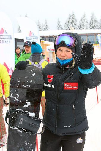 Snowboardcrosserin Jana Fischer verabschiedet sich von den Fans am Feldberg. Foto: Hahne