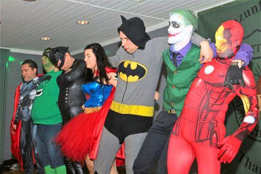 Bei der Fasnet tanzen Helden und Schurken schon mal gemeinsam. Die Stimmung in der Thanheimer Festhalle war prächtig.   Fotos: Wahl Foto: Schwarzwälder Bote