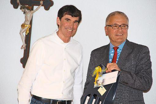 Kämmerer Michael Hardtmann (links) wird von Bürgermeister Karl-Heinz Bucher für seine 30-jährige Dienstzeit in Villingendorf gewürdigt.   Foto: Schmidt Foto: Schwarzwälder-Bote