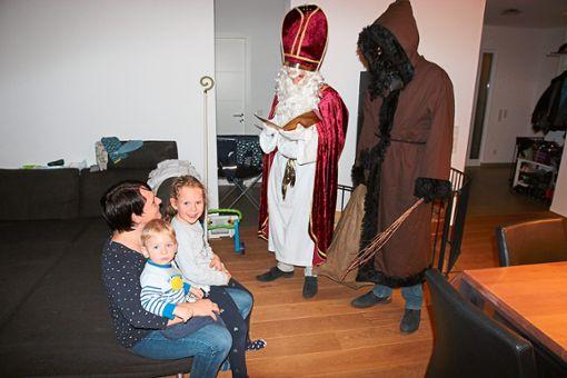Auf dem Schoß ihrer Mutter fühlen sich Jannik und Luisa beim Besuch des Nikolaus und seinem Knecht Ruprecht sicher.   Foto: Feinler Foto: Schwarzwälder Bote