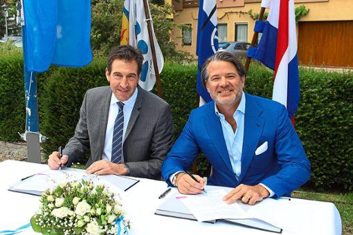Der Vertrag ist unterzeichnet: Oberbürgermeister Erik Pauly (links) und Erbprinz Christian zu Fürstenberg haben sich geeinigt und mit einem neuen Vertrag dem Reitturnier eine goldene Zukunft gesichert – und das bis 2033. Foto: Simon