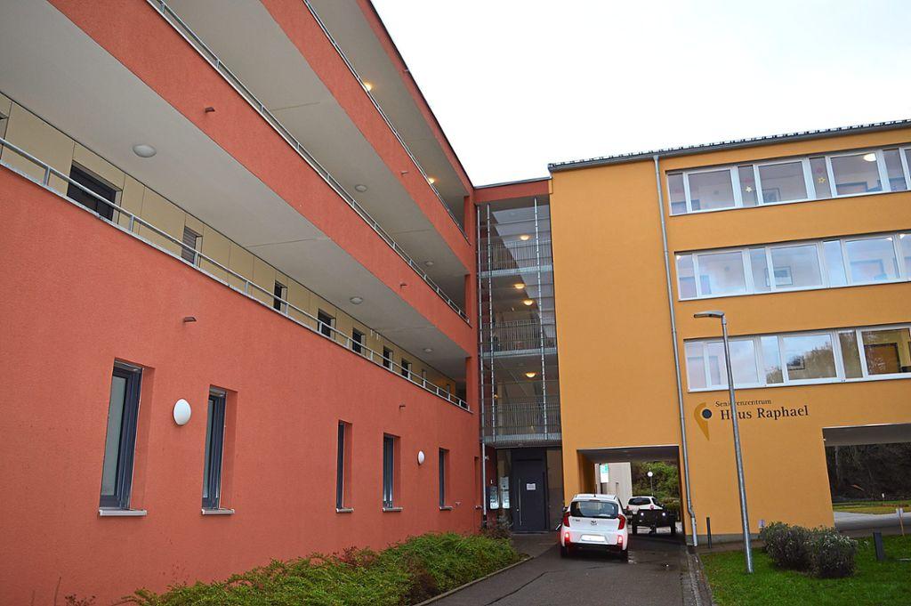 91392ca23dbafe Die Tür zwischen dem Seniorenzentrum St. Raphael (rechts) und dem Betreuten  Wohnen (