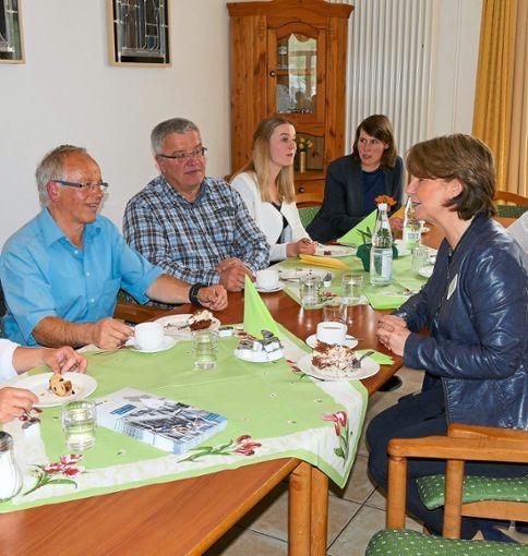 Informationsaustausch im Vöhrenbacher Luisenhof. Die Kreistagskandidaten diskutieren  mit Einrichtungsleiterin Karola Kruse (rechts).   Foto: Ketterer Foto: Schwarzwälder Bote