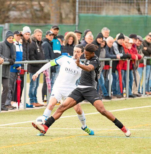 Zahlreiche Zuschauer sahen am Samstag auch Zweikämpfe zwischen dem Nagolder Matthias Rebmann (links) und 08-Neuzugang Mamadou Sanoussy Baldé.   Foto: Reutter