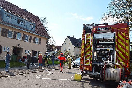 Rund 20 Personen sind rund um das Mehrfamilienhaus in der Kandelstraße im Einsatz. Foto: Kratt