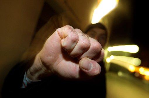 Mit blutenden Verletzungen im Gesicht und am Körper traf der 38-Jährige auf der Wach der Polizei in Freudenstadt ein. (Symbolfoto) Foto: (dpa)