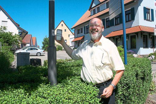 Reinhold Maier, Dezernent für den ländlichen Raum im Schwarzwald-Baar-Kreis, testet am Knotenpunkt Tuningen  mit seinem Handy das QR-System.  Foto: Schück Foto: Schwarzwälder Bote
