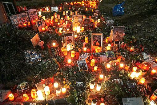 Der Platz, an dem Umut K. erschossen wurde, ist   mit Kerzen und Erinnerungsstücken zur Gedenkstätte ausgeschmückt worden. Am Montag muss die Stelle für Ermittlungen der Polizei freigeräumt werden. Foto: Stopper