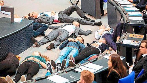 Rund 20 Jugendliche stellten sich im Parlament tot, um ein Zeichen für den Klimaschutz zu setzen. Unter ihnen war auch Eric Matt.   Foto: Soeder