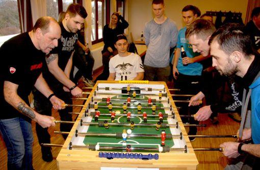 Ausnahmsweise mal nicht auf dem Sportplatz: Die Fußballer zeigen am Tischkicker ihr Können.  Foto: Fussnegger Foto: Schwarzwälder Bote