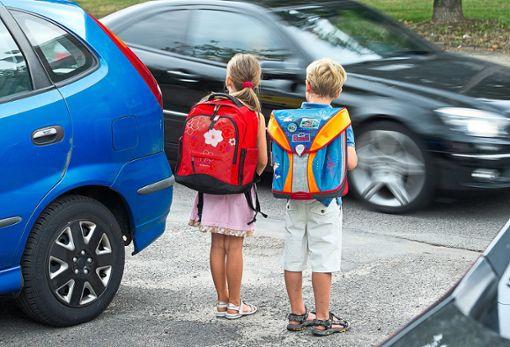 Bei   dichtem Verkehr  in der Nähe von Schulen wegen Elterntaxis kommt es immer wieder zu gefährlichen Situationen. (Symbolfoto) Foto: dpa