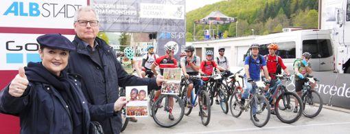 Renate Steim-Ölkrug und Klaus Ölkrug, die Hauptorganisatoren der Hilfe für Bisoro, freuen sich über die Unterstützung durch die Teilnehmer des Social Ride beim UCI Mountainbike Weltcup in Albstadt.  Foto: Eyrich Foto: Schwarzwälder Bote