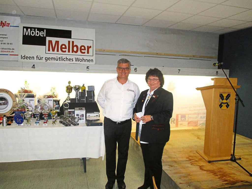 Der Vorsitzende Jürgen Schmid und Landesoberschützenmeisterin Hannelore Lange freuen sich über das Jubiläum des Vereins. Foto: Leinemann Foto: Schwarzwälder Bote