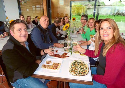 Pfälzer Weine und  Flammkuchen servierten die Auentalhexen  bei ihrem  Weinfest.   Foto: Ade Foto: Schwarzwälder Bote