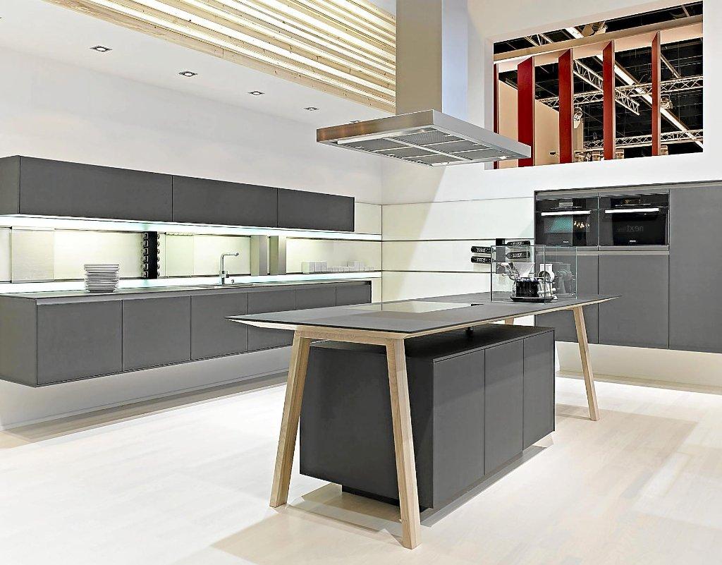 moderne beleuchtungskonzepte mit glaspanelen wie hier setzen die k che in szene statt sie nur zu. Black Bedroom Furniture Sets. Home Design Ideas