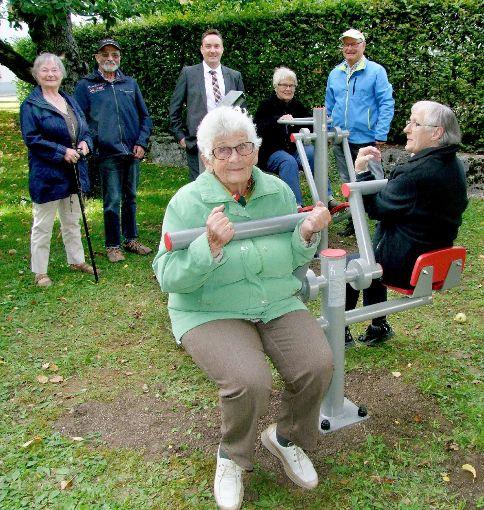 Bürgermeister Peter Schumacher (hinten Mitte) und Hans-Peter Storz (hinten rechts) freuen sich, dass drei Seniorinnen die Geräte testen.   Foto: Reichert Foto: Schwarzwälder-Bote