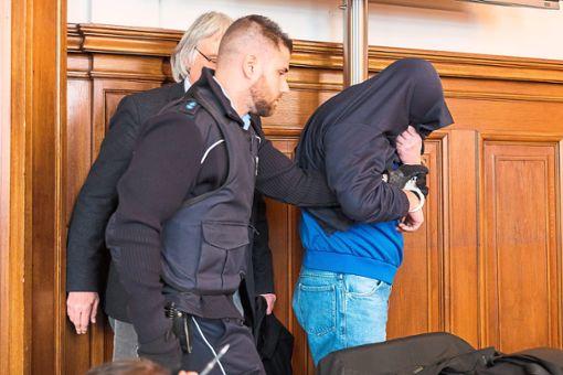 Drazen D. in Handschellen vor Gericht: Er hat seine Ex-Partnerin monatelang bedroht.   Foto: Graner