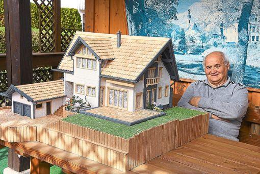 Ein eindrucksvolles Holzmodell eines Waldachtaler Wohnhauses hat Holzkünstler Hans Georg Rothfuß geschaffen. Die Herausforderung lag in Details.  Foto: Maier Foto: Schwarzwälder Bote