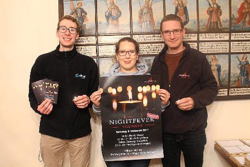 Florian Schofer (von links), Jennifer König und Stefan König laden mit einer Kerze zu Nightfever ins Münster ein.   Foto: Müller Foto: Schwarzwälder-Bote