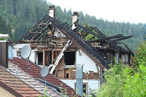 Nur noch ein Gerippe ist das Dach des  Hauses in der Fohrenstraße. Acht Studierende sind obdachlos geworden.    Foto: Liebau