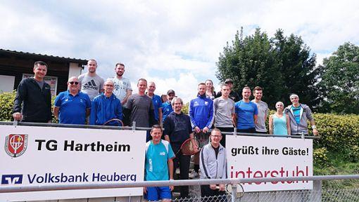 Ein voller Erfolg war das Doppel-Turnier der Hartheimer Vereine, das auf den Plätzen der Tennisgemeinschaft ausgerichtet wurde. Das Bild zeigt die Teilnehmer.  Foto: Kirschbaum Foto: Schwarzwälder Bote