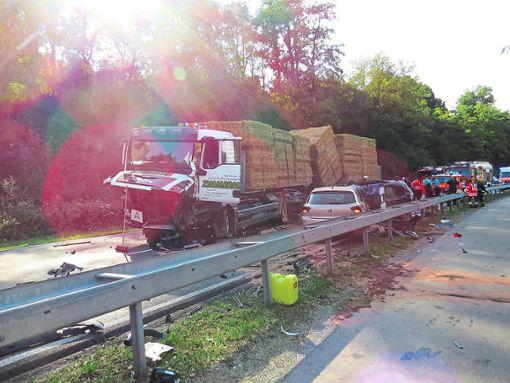 Bei einem Unfall auf der B 463 zwischen Stetten und Owingen ist am Montagnachmittag ein 58-jähriger Autofahrer ums Leben gekommen. Der Mann war zuerst mit einem Lkw und danach noch mit einem anderen Auto frontal zusammengestoßen. Foto: Fechter