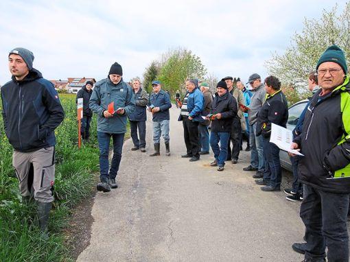 Interessiert verfolgen die Landwirte den Ausführungen der drei Fachleute. Foto: Merz Foto: Schwarzwälder Bote