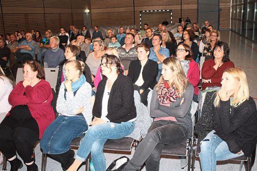 Der Vortrag über den Wolf stieß auch in der Silberdistelhalle Egenhausen auf Interesse, besonders bei den Erzieherinnen in den ersten Reihen. Foto: Köncke