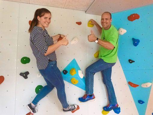 Besonders viel Spaß haben FSJlerin Damaris Müller und Schulleiter Joachim Straub, wenn es nachmittags an den schuleigenen Kletterwänden zum Bouldern geht.  Foto: Oehler Foto: Schwarzwälder Bote