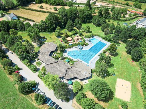 So viel Platz wie auf diesem Foto gibt es in diesem Sommer auf den Liegewiesen des Schwimmbads nicht immer.  Foto: 4RAUM Foto: Schwarzwälder Bote