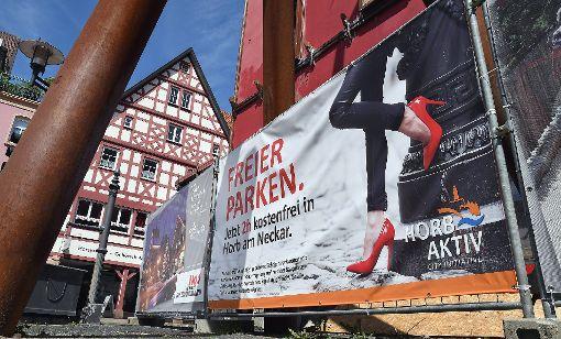 Freier parken: Mit einem zweideutigen Plakat wirbt Horb Aktiv für das Gratis-Parken in der Neckarstadt. Foto: Hopp