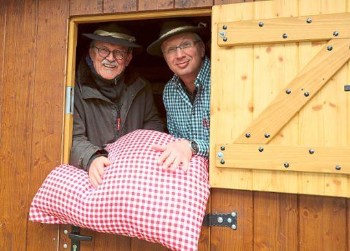 Peter Lücke (links) und Bernhard Kurz schütteln die Betten für  die neue Saison des Schäferwagen-Hotels auf.    Foto: Priestersbach Foto: Schwarzwälder Bote