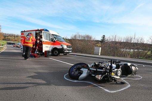 Das Unfall-Motorrad liegt auf der Landesstraße nahe Geislingen. Zwei Menschen wurden dort verletzt. Foto: Maier Foto: Maier