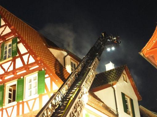 Bei einem Brand in der Calwer Innenstadt ist am Samstagabend ein Schaden in Millionenhöhe entstanden. Während der Löscharbeiten war die Innenstadt mehrere Stunden gesperrt. Foto: Steffi Stocker