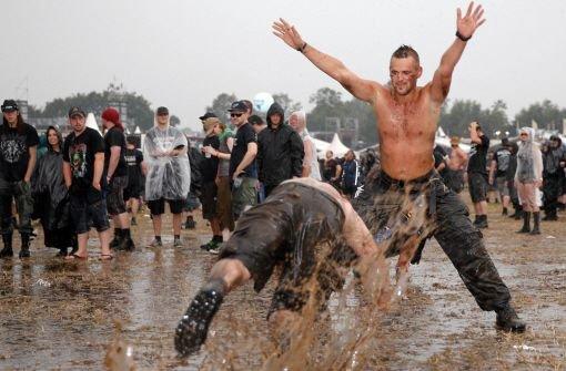 Bereits im vergangenen Jahr war die Schlammschlacht auf dem Wacken Open Air groß. In diesem Jahr startet das Festival am 31. Juli in dem beschaulichen 1800-Einwohner-Dorf. Foto: dpa