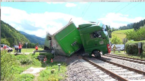 Nach ersten Erkenntnissen hatte der Fahrer des Sattelzugs auf dem beschrankten Bahnübergang wenden wollen.  Foto: Kamera 24