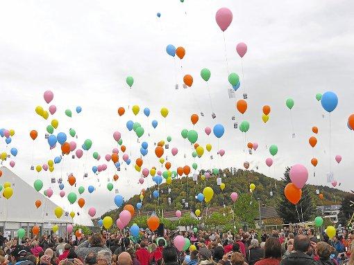 Jeder Luftballon ging mit einem Gruß aus Nagold auf die lange Reise. Foto: LGS