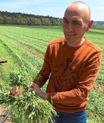 Hans-Jörg Groß  von den Siedlerhöfen  mit dem kleinen Feldhasen.  Foto: Bräun Foto: Schwarzwälder Bote