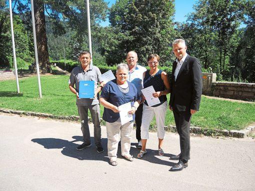 Roland Klausmann (links) und Joachim Hurst (rechts) ehrten die treuen Mitglieder Gertrud Oberfell (Zweite, von links) Willi Lehmann und Martina Lauble.  Foto: Jehle Foto: Schwarzwälder Bote
