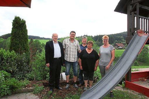 Heinrich Seebacher (von links), ehrt Wolfgang Schnatterbeck  und dessen Ehefrau Silvia (rechts), die seit 20 Jahren  bei  Gerhard und Anette Lehmann zu Gast sind.  Foto: Hübner Foto: Schwarzwälder Bote