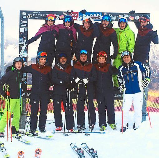Die Ski- und Snowboardlehrer der Ski- und Bergfreunde Haigerloch hatten bei der Saisoneröffnung im Skigebiet um Sölden viel Spaß.  Foto: sbh Foto: Schwarzwälder Bote