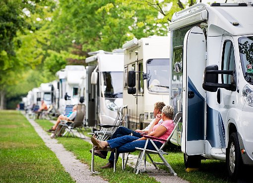 Campen mit dem Wohnmobil ist beliebt. Straßberg will Stellplätze mit Wasser und Strom anbieten.  Symbol-Foto: Strobel Foto: Schwarzwälder-Bote