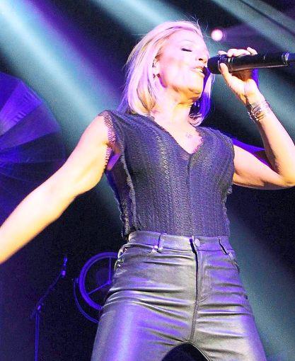 Sexy und publikumsnah gibt sich Michelle bei ihrem Konzert in der  Tuttlinger Stadthalle.      Foto: Schneider Foto: Schwarzwälder-Bote