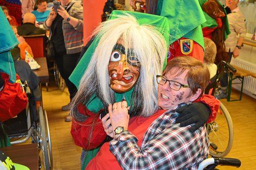 Mit den Lehr-Hexen haben die Bewohner des Pflegehauses am Eschachpark viel Spaß.  Foto: Bantle Foto: Schwarzwälder Bote