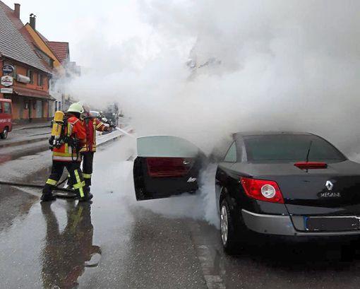 Die Einsatzkräfte löschen die Flammen. Foto: Feuerwehr